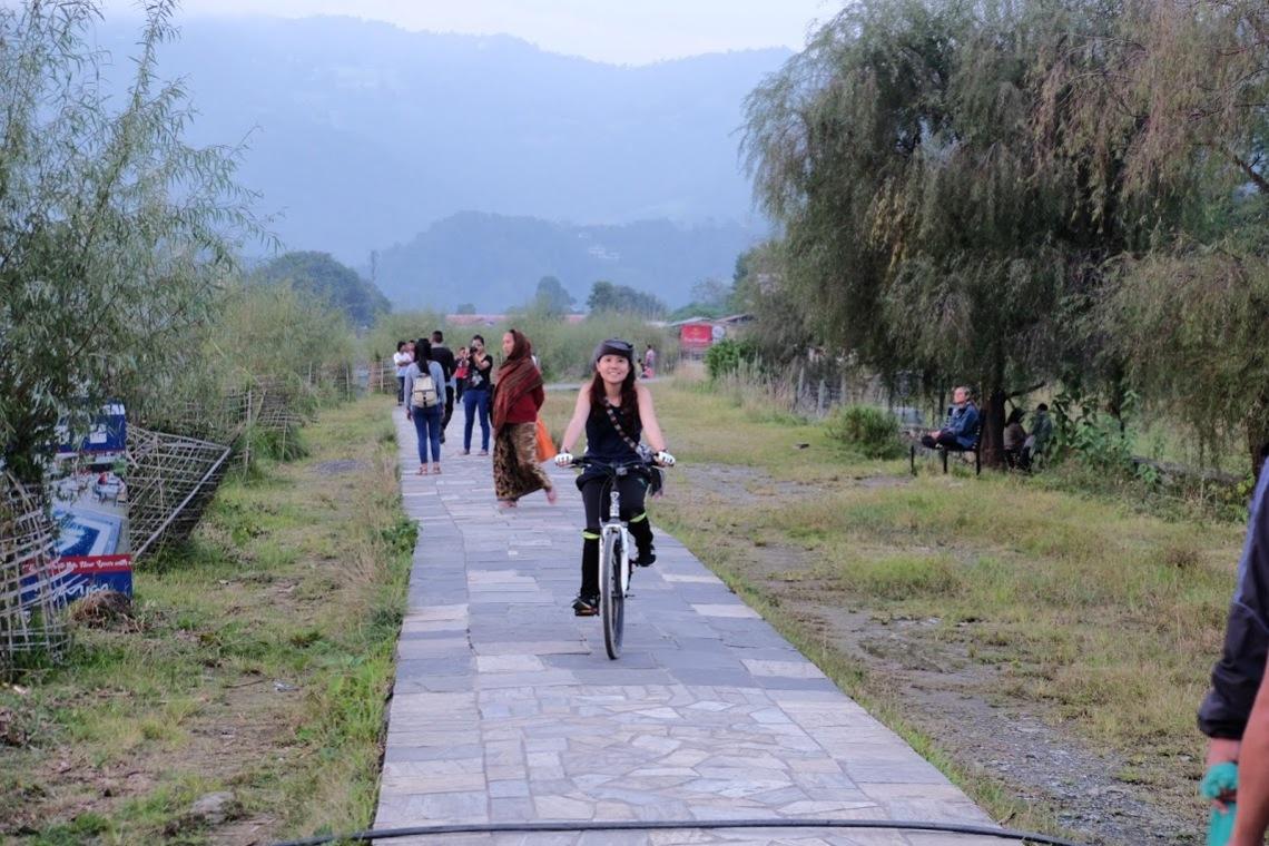 đạp xe hồ Phewa